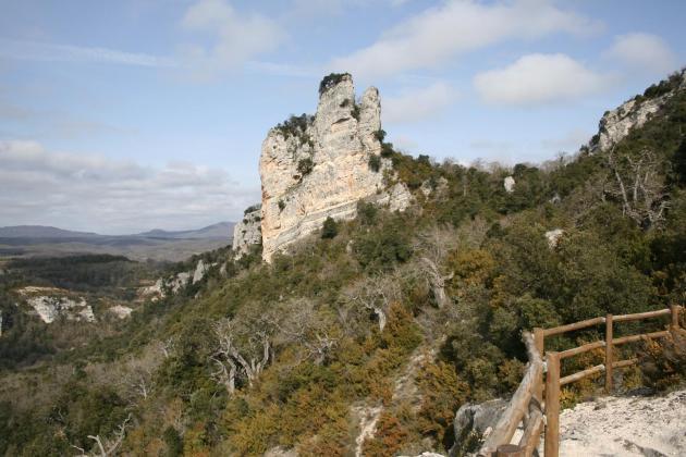 Vista del castillo de Korres desde el balcón del parque